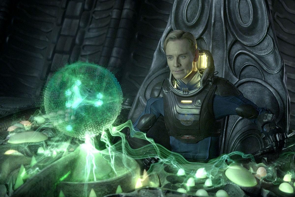 Michael Fassbender (bildet) i en scene fra Prometheus.