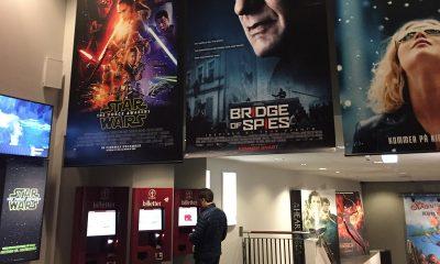 En kinokunde henter ut billetten fra en automat hos SF Kino Sandvika. Kino