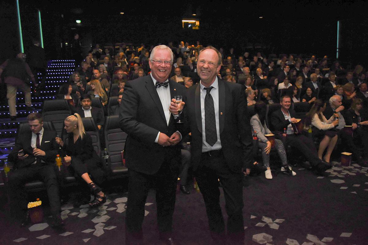 Adm. direktør Ivar Halstvedt (t.v.) i SF Kino og senterleder Rolf Øvretveit (t.h.) i SF Kino Sotra foran et feststemt publikum fredag 22. mai 2015. Foto: John Berge, KINOMAGASINET.no ©