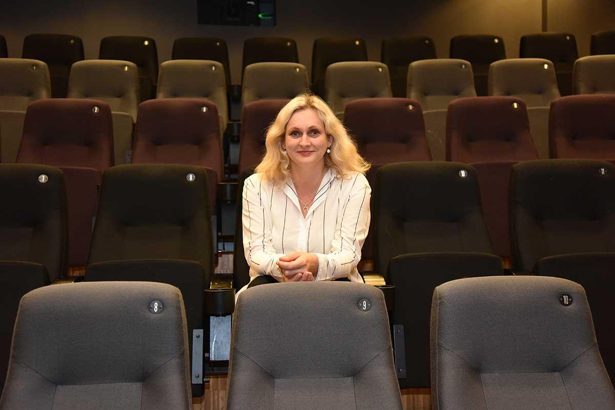 Event- og kinosjef, Gøril Eidhammer hos SKAKKE – senter for skule, idrett og kultur inne i den dedikerte kinosalen med 90 seter. Foto: John Berge, KINOMAGASINET.no ©