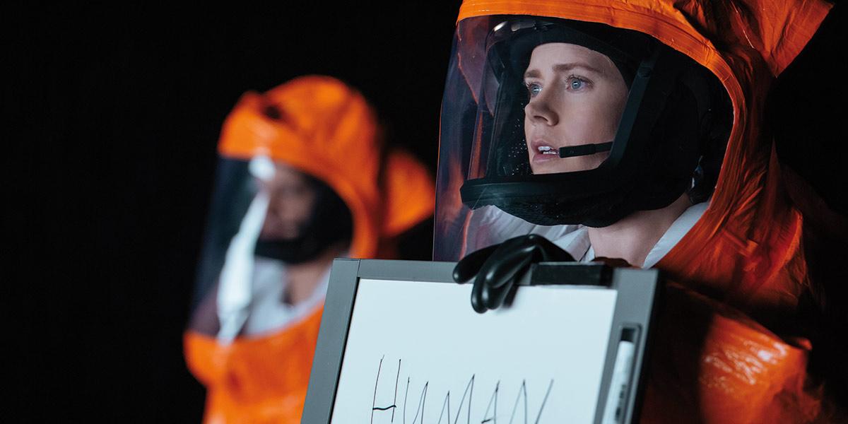 Amy Adams spiller hovedrollen som lingvisten Louise Banks i Arrival.