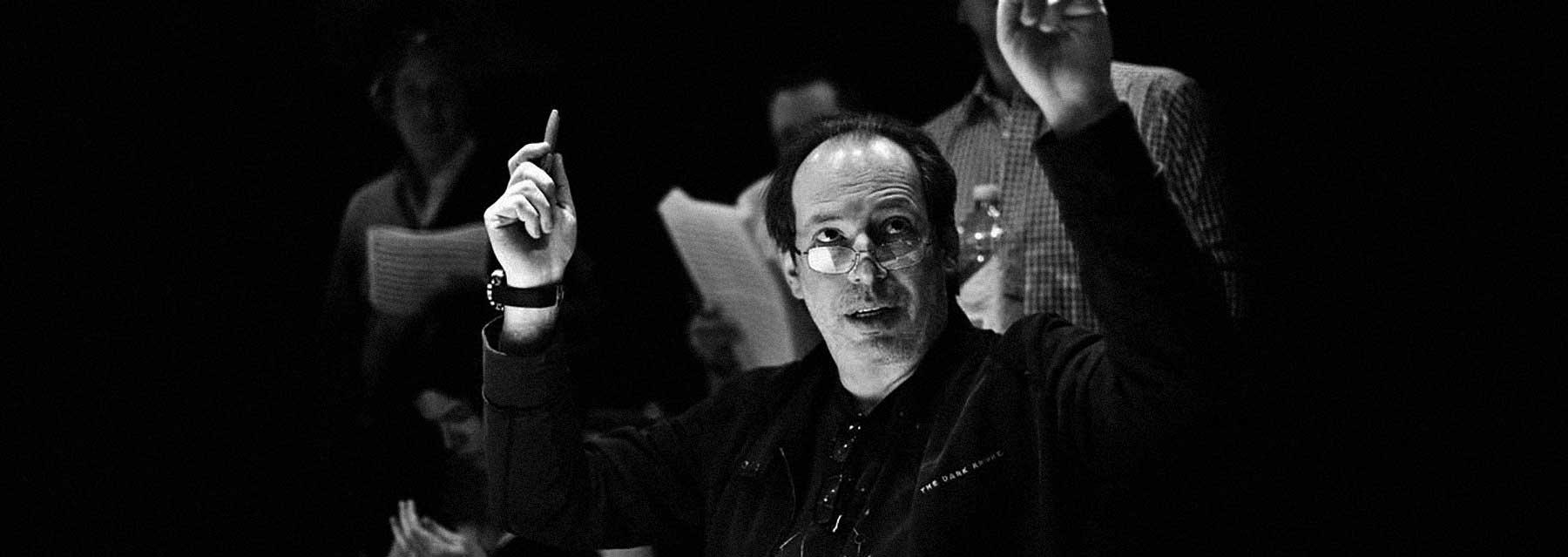 Hans Zimmer dirigerer orkesteret.