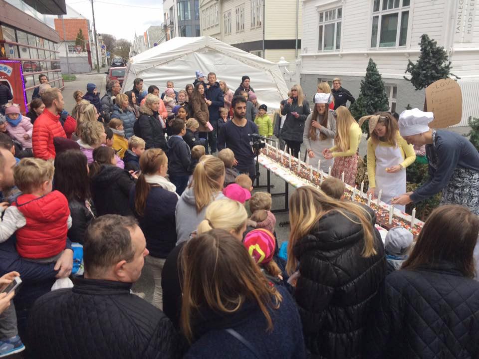 Fra Den store kinodagen 2016 hos Edda Kino i Haugesund. Bakermester Harepus stod for den seks meter lange fødselsdagskaken da Edda kino feiret 30-årsjubileum for Den store kinodagen med bursdagsang på melodien «Bamsens fødselsdag». Foto: Edda Kino. Gjengitt med tillatelse.
