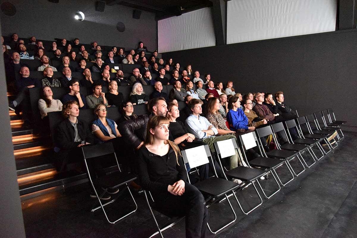 FØRSTE FILM: Kunstnernes Hus Kino i Oslo hadde første åpningsdag fredag 18. november 2016. Gjestene fikk se Sovende soldater (2015) (Cemetery of Splendour / Rak ti Kohn Kaen). Foto: John Berge, KINOMAGASINET