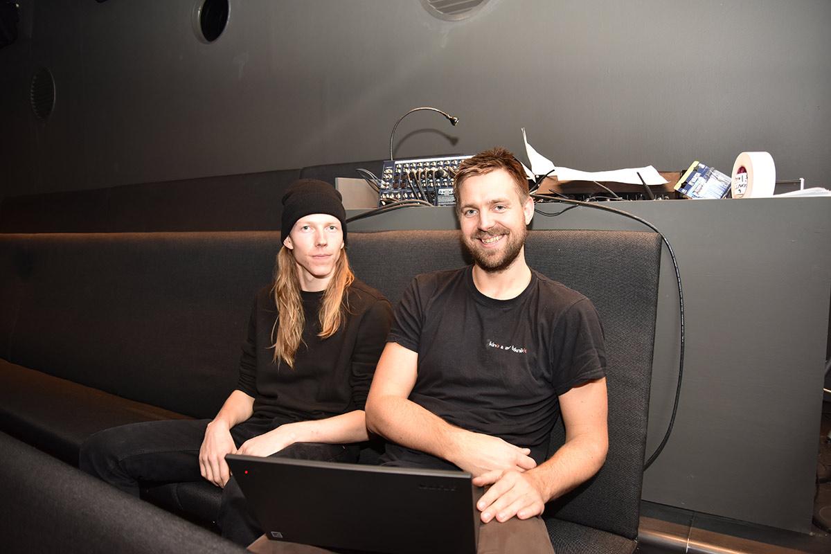 Fra venstre: «Alt-mulig-mann» Jon Vogt Engeland og daglig leder Dan Hugo Marki Fuhlendorff i Kino & AV Teknikk inne i Kunstnernes Hus Kino i Oslo. Foto: John Berge, KINOMAGASINET