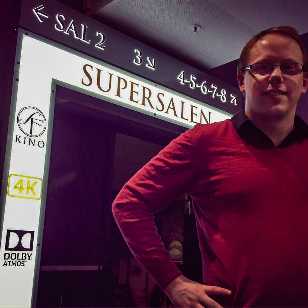 Senterleder Alexander Dalen hos SF Kino Ski foran inngangen til «Supersalen». Foto: SF Kino Ski