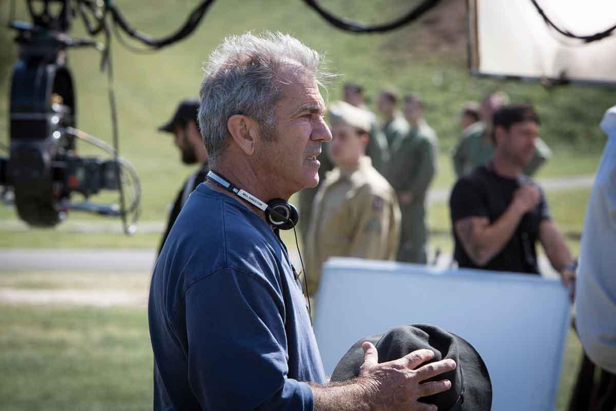 REGI-COMEBACK: Mel Gibson i aksjon under innspillingen av Hacksaw Ridge.
