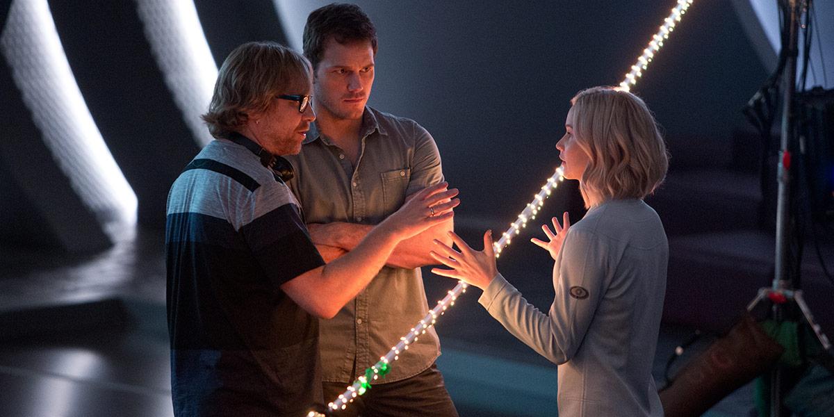 Morten Tyldum instruerer hovedskuespillerne i Passengers: Chris Pratt og Jennifer Lawrence.
