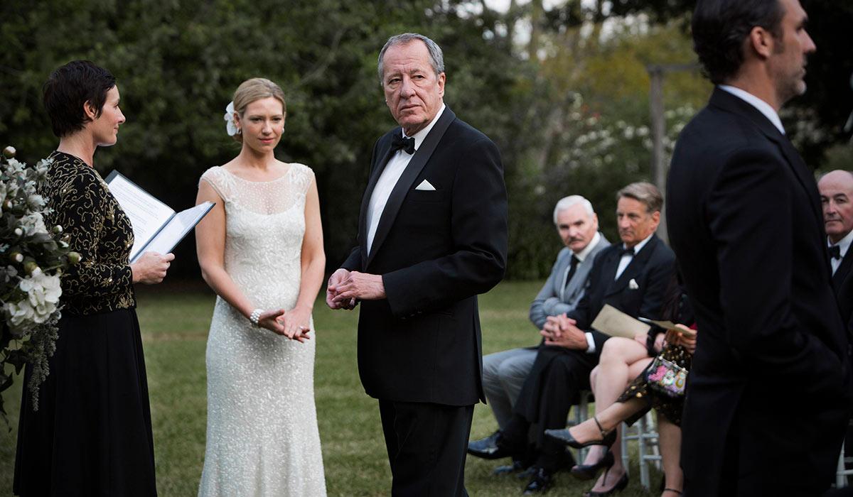 GIFTEKLAR: Henry (Geoffrey Rush) (t.h.) skal gifte seg med den mye yngre Anna (Anna Torv) i Vildanden
