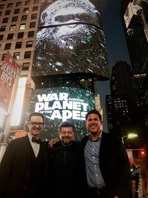 Fra venstre: Regissør Matt Reeves, skuespiller Andy Serkis og produsent Dylan Clark under New York Comic-Con 2016 i forbindelse med lansering av War for the Planet of the Apes Foto: Wikipedia/WP:NFCC#4