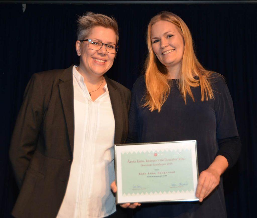Jorunn Kristensen (t.v.) og Marit Sætre Færevåg og fra Edda Kino i Haugesund med prisen som Årets Kino i kategori mellomstor kino. Foto: Sigurd Moe Hetland.