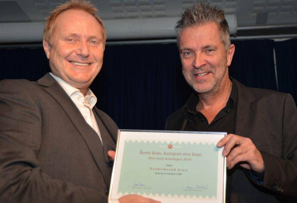 Cato Rosseland (t.v.) fra Fredrikstad Kino mottar prisen for Årets Kino i kategori stor kino av Film & Kinos direktør Guttorm Petterson. Foto: Sigurd Moe Hetland.