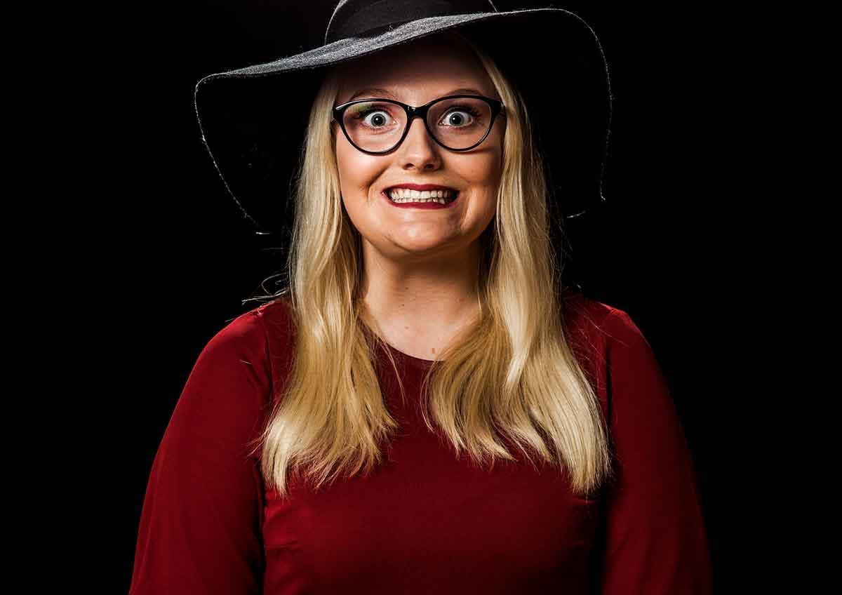 Lone Engbråten spiller hovedrollen som psykopaten Sylvia Ingebrettsen i den selvfinansierte filmen Årets medarbeider.  Foto: Sporenstreks Film