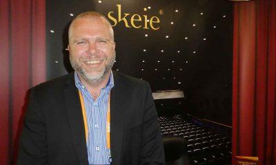 USA NESTE! Knut Godal, salgs- og markedssjef i Skeie Seating AS er naturlig nok svært glad for leveransen til selveste Warner Bros. i Burbank, California. Foto: John Berge, KINOMAGASINET