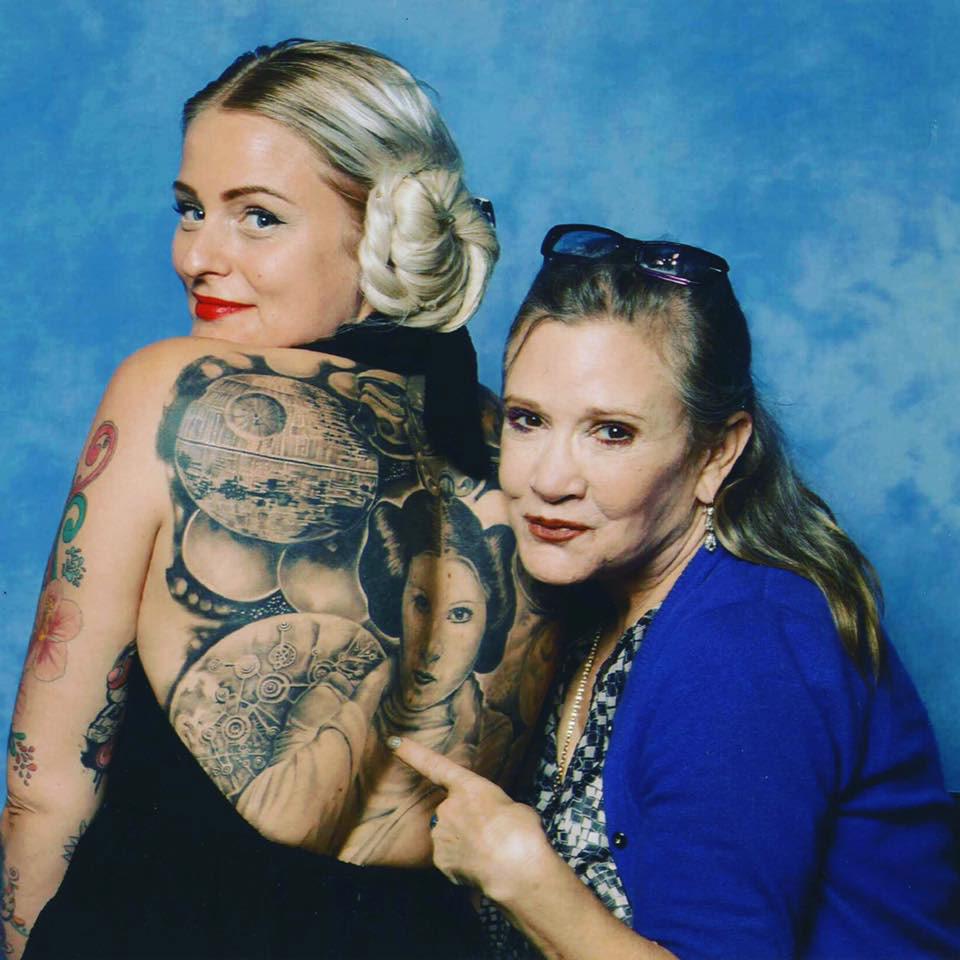 Jeanett Diaz sammen med Carrie Frances Fisher, etter at norske Diaz ble hedret for sine Star Wars-tatoveringer. Foto: Privat