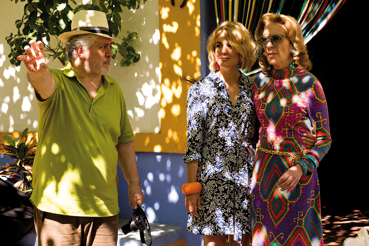 Regissør Pedro Almodovar med skuespillerne Adriana Ugarte og Susi Sanchez. Foto: Another World Entertainment Norway AS