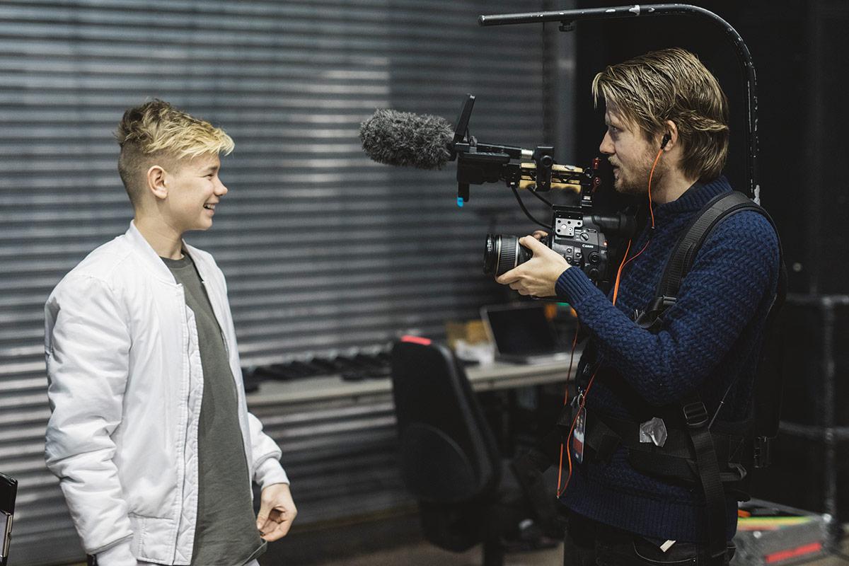 Regissør Daniel Fahre (t.h.)under innspillingen av Marcus & Martinus – Sammen om drømmen. Foto: Norsk Filmdistribusjon / Fenomen