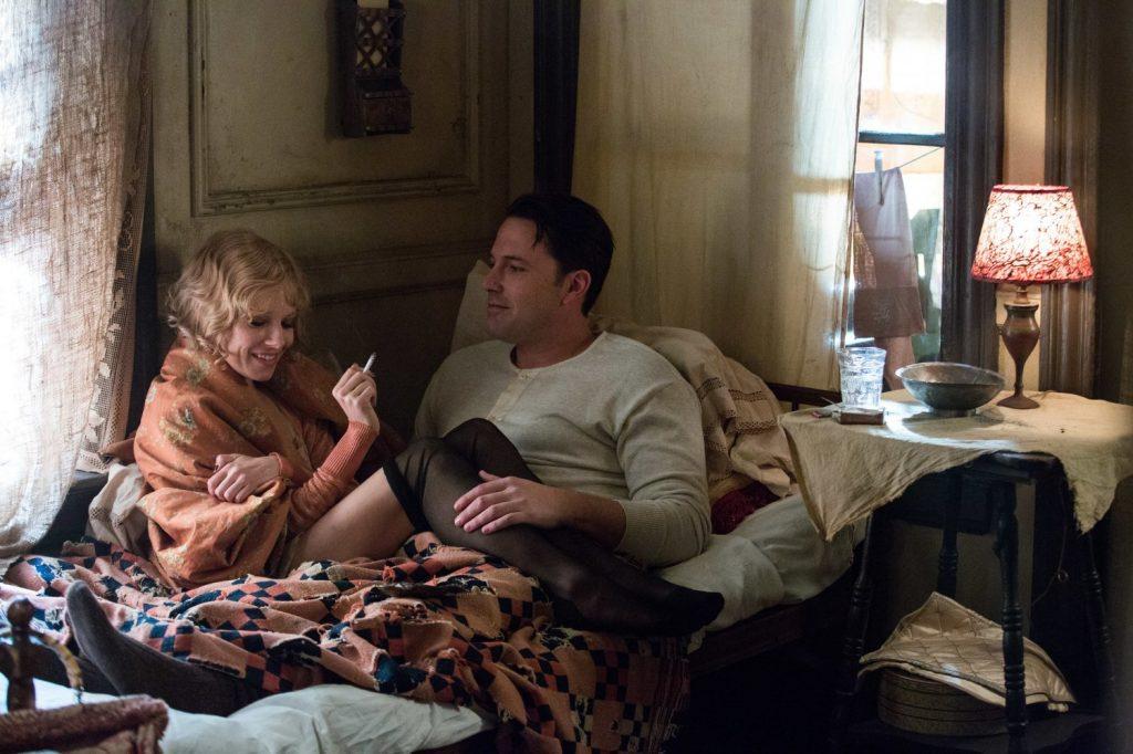 Sienna Miller (Emma Gould)) og Ben Affleck (Joe Coughlin) i kjente omgivelser.