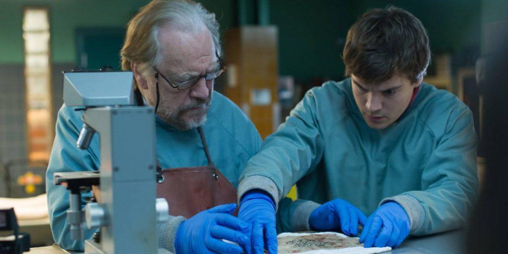 Brian Cox /Tommy Tilden)og Emile Hirsch (Austin Tilden) under en av sine obduseringer i familiens likhus.