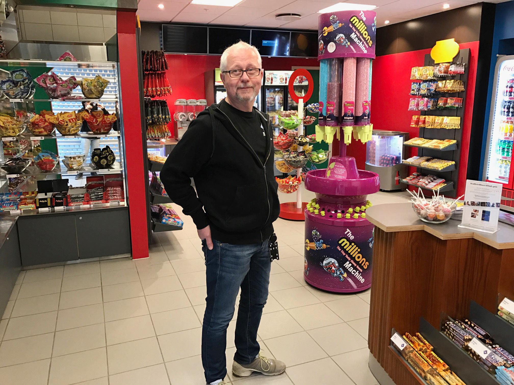 NY KIOSK: Kulturhusleder Jan Magne Hanstad ved Nes kulturhus og Årnes kino forteller at nykiosken sto klar rett før jul 2016. Foto: Nes kulturhus.