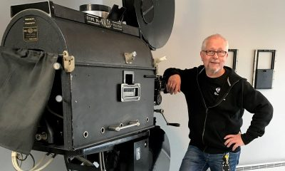 FORTIDEN MØTER SAMTIDEN: Kulturhusleder Jan Magne Hanstad ved Nes kulturhus og Årnes kino tar vare på kinohistorikken – her representert ved en Vulcan kinoprojektor fra 30-tallet. Men ser samtidig fremover. Kinoens nye sal får både 4K-projektor og Dolby Atmos. Foto: Nes kulturhus