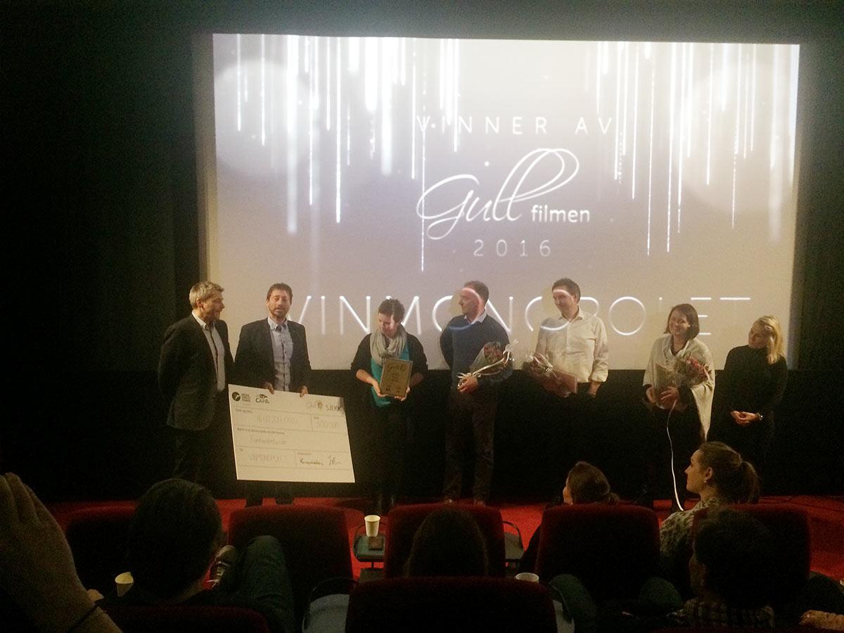 Representanter fra Vinmonopolet mottar Gullfilmen 2016-prisen fra CAPA og MDN. Foto: MDN