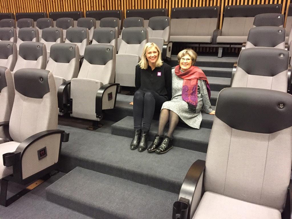 Kinosjef Aina Sævik Olsen (t.v.) og Miss Karmøy kino Anne Hilde Fossdal inne i den nye storsalen, med nye stoler levert av Skeie. Foto: Karmøy kino for KINOMAGASINET.