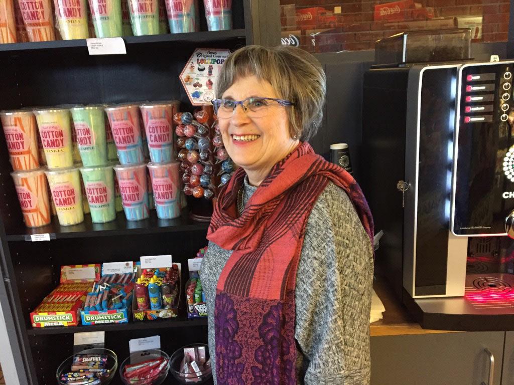 Anne Hilde Fossdal (68) er for mange på Karmøy symbolet på lokalkinoen. Hun har arbeidet der siden tidlig på 80-tallet. Foto: Karmøy kino for KINOMAGASINET.