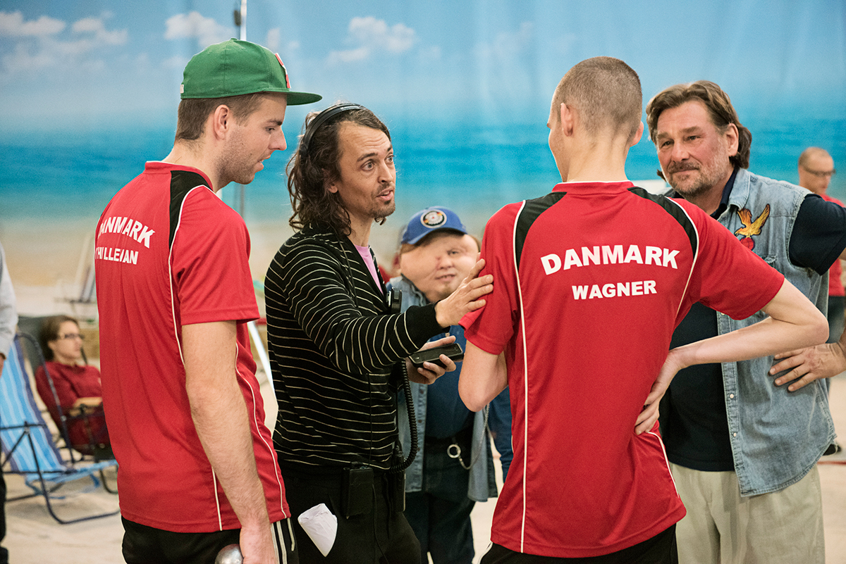 Regissør Johannes Nyholm (nr. to fra venstre) instruerer skuespillere. Foto: Fidalgo/Triart film