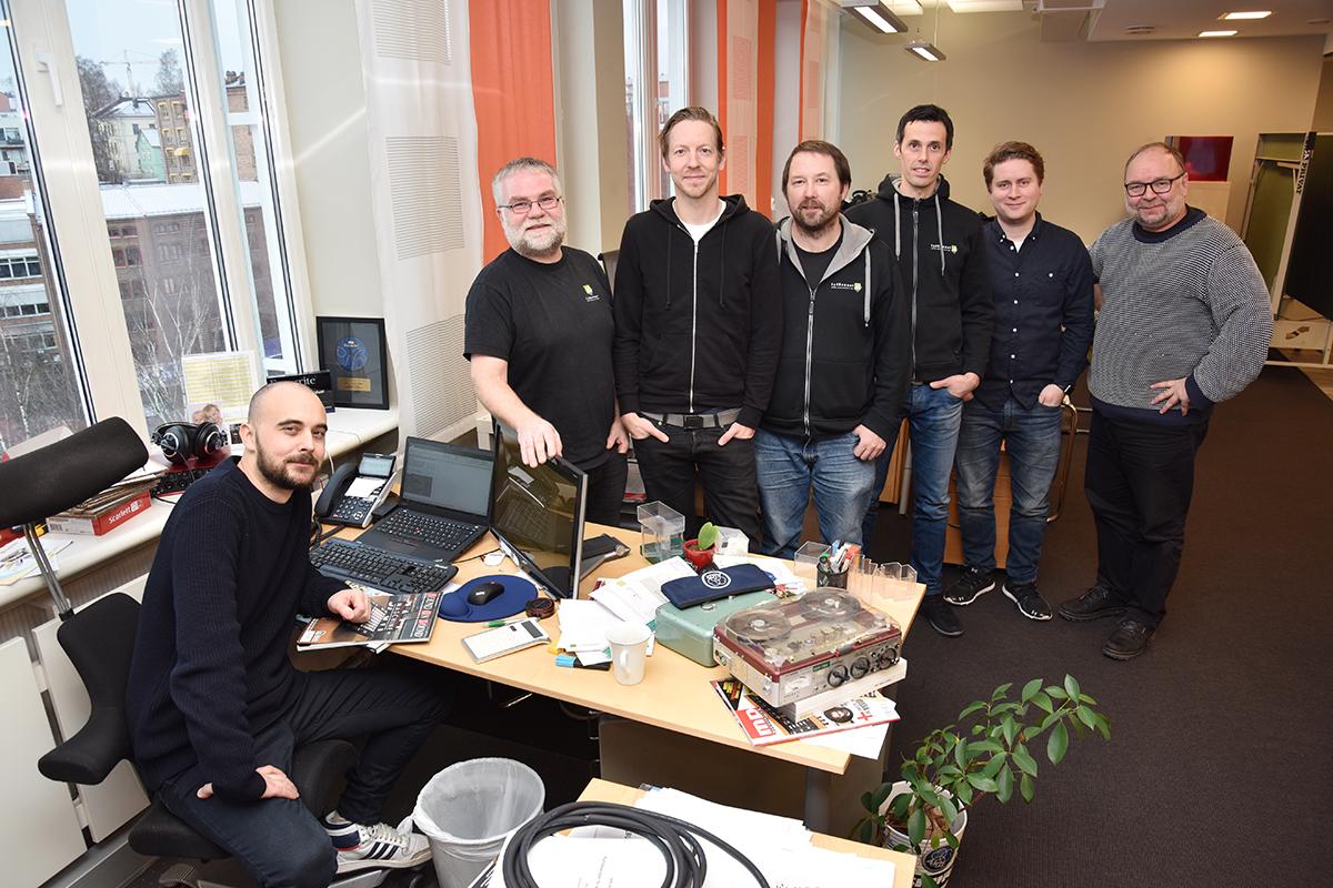 Deler av Lydrommet-teamet samlet på et brett: Foran: Are Terjesson (salg og markedsføring). Bak fra venstre: Øystein Johnsen (selger & installasjon), Anders Nannestad (selger), Bjørn Magne Idland (selger), Jan-Stefan Hansen, Martin Mæland (selger) og Alf Christian Hvidsteen (prosjektsjef). Foto: John Berge, KINOMAGASINET ©