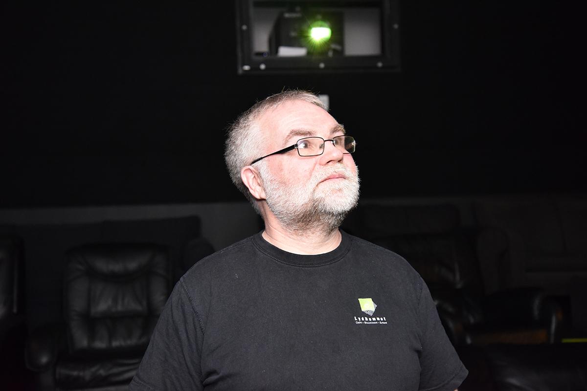 Øystein Johnsen fra Lydrommet inne i kinoen til nabofirmaet Storyline, som har JBL høyttalere og Crown forsterkere levert av LydRommet. Foto: John Berge, KINOMAGASINET © hos