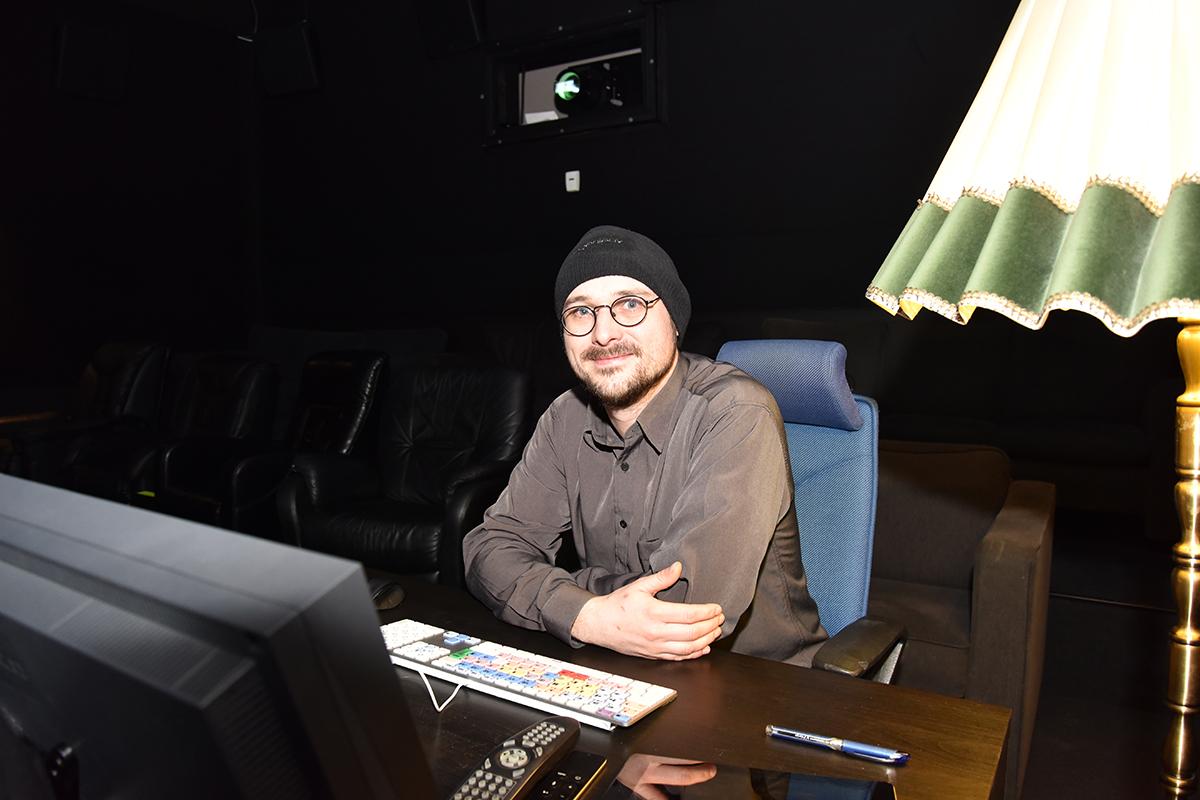 Andreas Herzog Grimsø hos Storyline Studios miksekino, som er i nabobygget til Lydrommet. Her er det hjemmekoselig også! Foto: John Berge, KINOMAGASINET ©